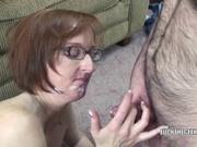 Рыжеволосой зрелой домохозяйке партнёр в завершение интима кончает на лицо