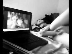 Худая студентка перед вебкамерой балдеет от домашней мастурбацией с вибратором