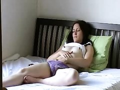 Подглядывание домашней мастурбации возбуждённой девушки с маленькими сиськами