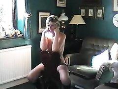 Шикарная зрелая домохозяйка с аппетитной фигурой раздевшись позирует в чулках
