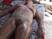Зрелая домохозяйка заказала эротический массаж с маслом и расслабилась