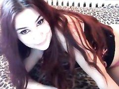 Рыжая домохозяйка перед вебкамерой показывает киску сдвинув в сторону трусики