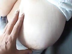 Грудастая толстуха в машине раздвинула ноги для любительской мастурбации