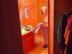Домашнее подглядывание за зрелой развратницей раздевшейся вечером в ванной