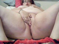 Сняв мокрые трусики зрелая толстуха мастурбирует на домашнюю вебкамеру