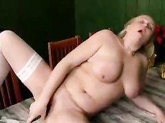 Раздвинув ноги зрелая блондинка в чулках занялась домашней мастурбацией