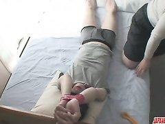 Зрелая японка крепко связав молодого любовника дрочит член и садится на лицо