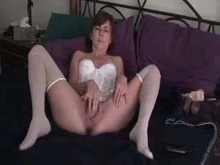 Шикарная зрелая домохозяйка в чулочках мастурбирует волосатую киску