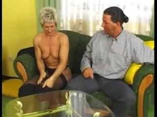 Зрелая немецкая блондинка в чулках отдалась после любительского минета
