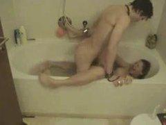 Скрытая камера в ванной снимает любительских хардкор озабоченных молодожёнов