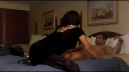 Скрытая камера в спальне снимает супружескую измены зрелой дамы с молодым парнем