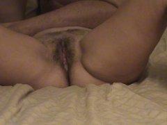 Партнёр трахая на кровати зрелую домохозяйку кончает внутрь в волосатую киску