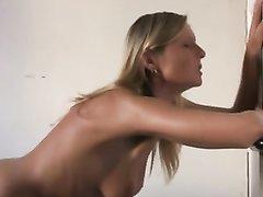 Смуглая брюнетка после минета предалась любительской мастурбации киски