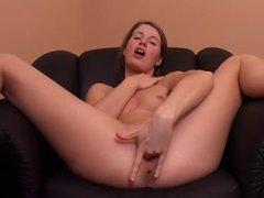 Раздевшись красотка жёстко мастурбирует киску для домашнего сквиртинга