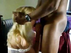 Негр после домашнего минета трахает зрелую блондинку в белых чулочках
