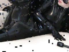 Горячая сцена с блондинкой и любовником трахающимися в костюмах из латекса