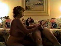 Нежная зрелая женщина самозабвенно строчит любительский минет ухажёру