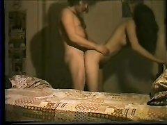 Стройная молодая брюнетка трахается со зрелым любовником закинув ноги на плечи