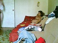 Похотливый любовник перед скрытой камерой трахает замужнюю соседку  на диване