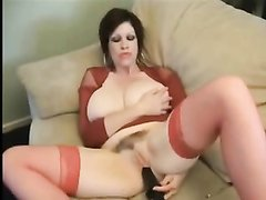 Зрелая красотка с большими сиськами наслаждается любительской мастурбацией