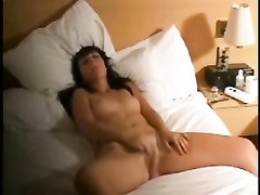 Подглядывание домашней мастурбации фигуристой и молодой блондинки  в постели