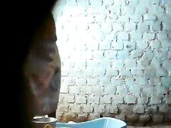 Скрытая камера для любительского подглядывания за обнажённой смуглянкой