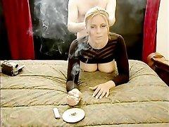 Грудастая блондинка курит и трахается в партнёром в домашней обстановке