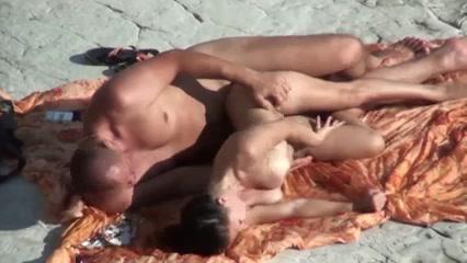 Любительское подглядывание на нудистском пляже за обнажённой парочкой