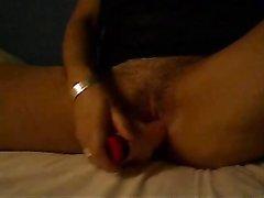 Возбуждённая зрелая дама раздвинула ноги для домашней мастурбации фаллосом