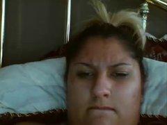 Ухоженная толстая блондинка на вебкамеру занялась домашней мастурбацией