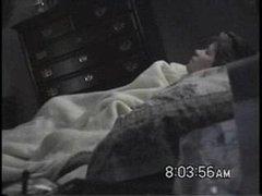 Вечером скрытая камера в спальне запечатлела любительскую мастурбацию