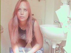 Рыжая немка с красивой внешностью зашла в туалет для домашней мастурбации