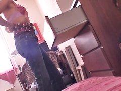 Худая девушка принимает душ и одевается перед домашней скрытой камерой