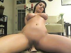 Грудастая развратница на вебкамеру мастурбирует киску и анал любимыми фаллосами