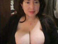 Толстая зрелая брюнетка по домашней вебкамере показывает большие сиськи