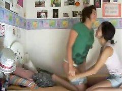 Молодые лесбиянки перед домашней вебкамерой обнажились до нижнего белья