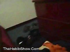 Негр после домашнего минета в постели трахает белую поклонницу чёрным членом