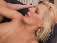 Зрелая итальянская блондинка с большими сиськами трахается в анал с любовником