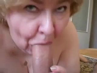 От первого лица зрелая и толстая блондинка строчит любительский минет