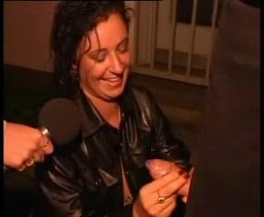 Рыжая журналистка берёт интервью у брюнетки делающей любительский минет