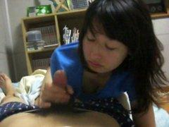Перед скрытой камерой молодая японка радует партнёра любительским минетом