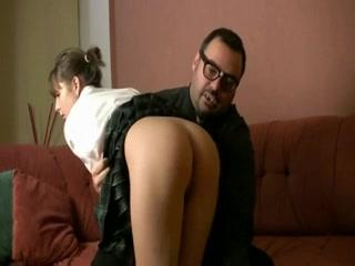 Студентка сделав идеальный минет трахается со зрелым любовником на диване