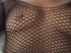 Широкобёдрая и зрелая итальянка мастурбирует и трахается для окончания внутрь