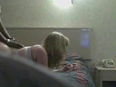 Толстая белая блондинка перед домашней скрытой камерой трахается с негром