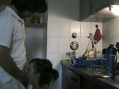 Вечером на кухне зрелая красотка трахается и делает домашний минет мужу