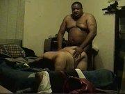 Латинская зрелая домохозяйка перед скрытой камерой трахается с толстым негром