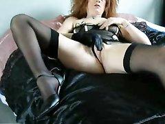 Рыжая зрелая дама в чулках легла в постель для любительской мастурбации