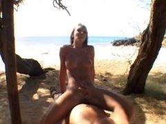 Толстяк на пляже трахает от первого лица привлекательную любовницу в гладкую щель
