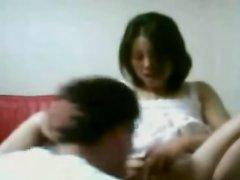 Азиатка радует поклонника домашним минетом и раздвигает ноги в постели