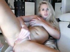 Напротив вебкамеры грудастая блондинка балдеет от домашней мастурбации
